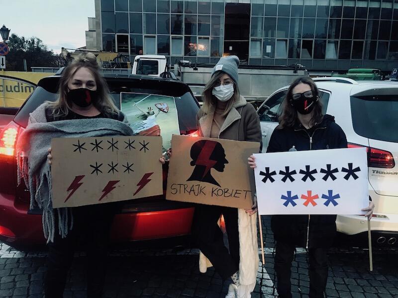 Nz. protestujące gdańszczanki: (od lewej) Agnieszka, Natalia i Sonia