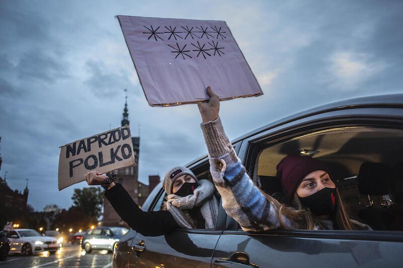 Samochody oklejone, transparenty w dłoniach. Dziewiątego dnia gdańskich protestów, kierowcy zebrali się na Targu Węglowym
