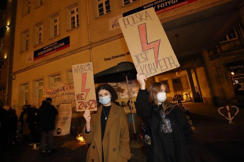 Strajkujących można też było spotkać po biurami posłów Prawa i Sprawiedliwości, nieopodal Targu Drzewnego. W chwili rozpoczęcia mobilnego protestu było tam kilkanaście osób. Około godz. 19.00 ponad sto
