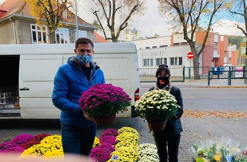 Piotr Grzelak zastępca prezydent Gdańska kupuje kwiaty pod Cmentarzem Srebrzysko, 31 października 2020