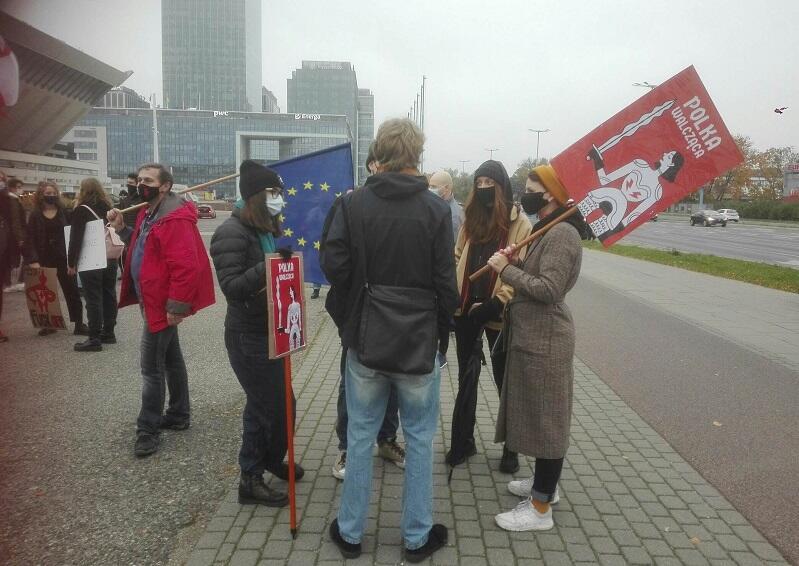 Młodzi dopięli swego - po ponad dwugodzinnym marszu protestacyjnym doszli do Gdyni - tu w miejscu zbiórki pod halą Olivia