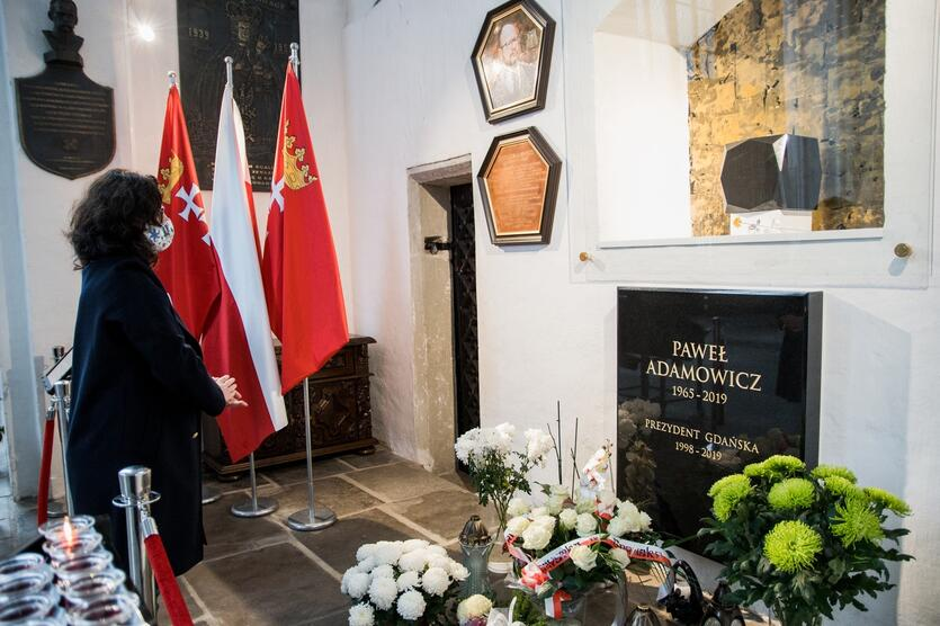 Prezydent Aleksandra Dulkiewicz w Bazylice Mariackiej przy grobie prezydenta Pawła Adamowicza