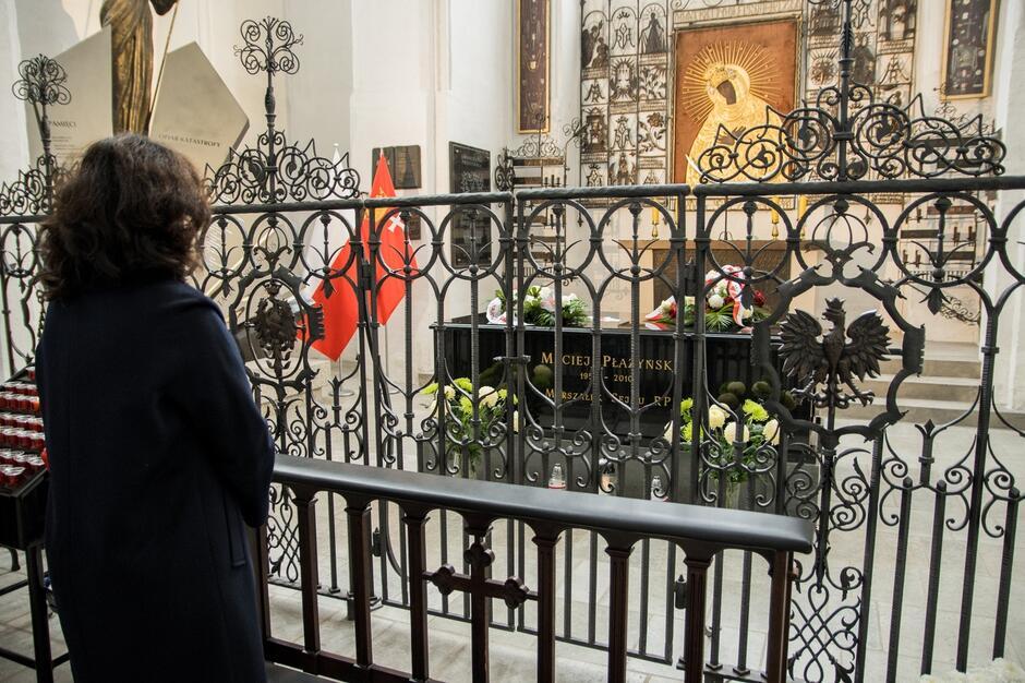 Prezydent Dulkiewicz przy grobie Macieja Płażyńskiego