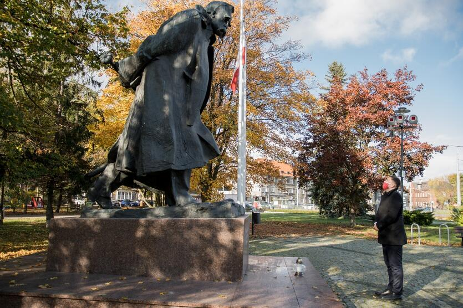 Zastępca prezydent Gdańska Piotr Borawski zapalił znicz pod pomnikiem Józefa Piłsudskiego