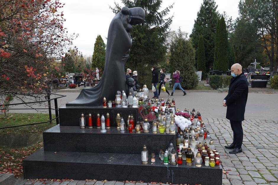 Zastępca prezydent Gdańska Alan Aleksandrowicz zapalił znicz pod pomnikiem Golgoty Wschodu