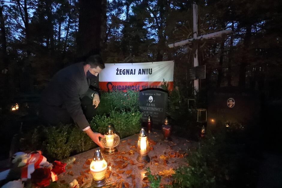 Zastępca prezydent Gdańska Piotr Grzelak zapalił znicz na grobie Anny Walentynowicz