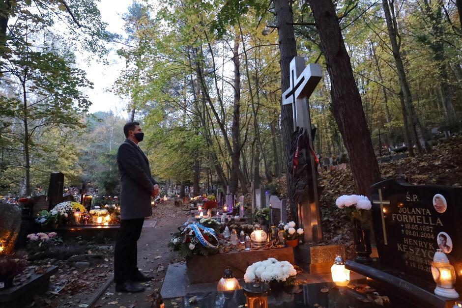 Zastępca prezydent Gdańska Piotr Grzelak zapalił znicz na grobie Lecha Bądkowskiego