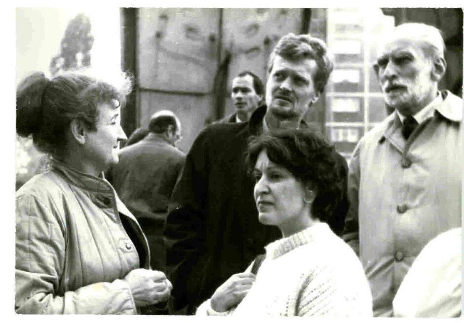 Pod Pomnikiem Poległych Stoczniowców, po lewej Małgorzata Gładysz, pośrodku Piotr Nowina-Konopka, po prawej Jacek Woźniakowski; 1985