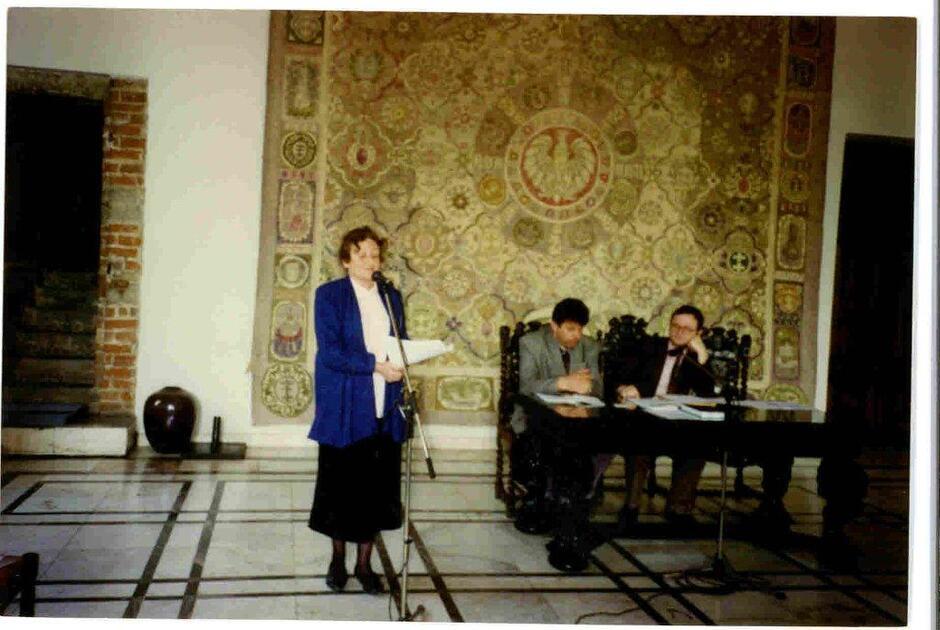 Otwarcie pierwszej sesji nowo wybranej Rady Miasta Gdańska w Ratuszu Głównego Miasta, czerwiec 1990; przy stoliku (po prawej) siedzi przewodniczący Sejmiku Samorządowego Województwa Gdańskiego Grzegorz Grzelak; na tej sesji Franciszek Jamroż został przewodniczącym Rady