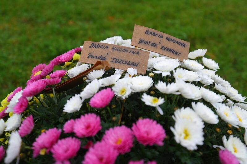 Mieszkańcy, którzy przynosili kwiaty na Plac Solidarności chcieli także uczcić swoich bliskich, ważne dla siebie osoby