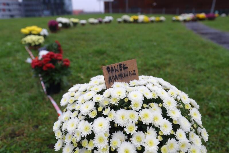 Na jednym z kwiatów znalazła się karteczka z imieniem i nazwiskiem Pawła Adamowicza