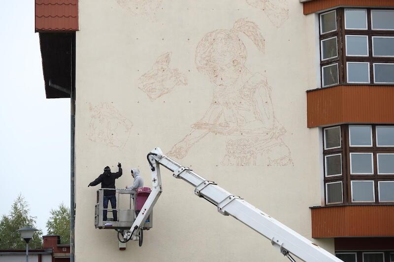 22 października, czyli w drugim dniu pracy nad ekologicznym muralem, Looney tworzył szkic