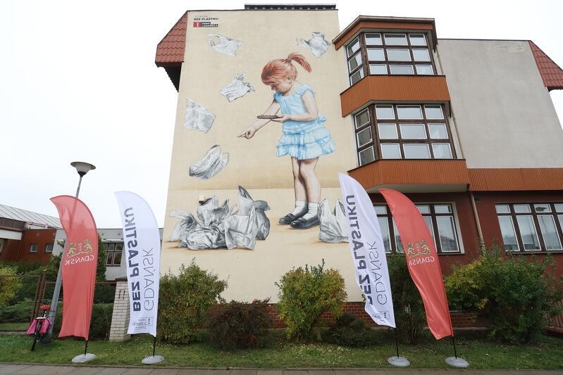 Tak wyglada drugi mural, który powstał w ramach kampanii Gdańsk bez plastiku . Ozdobił SP nr 19 w Gdańsku