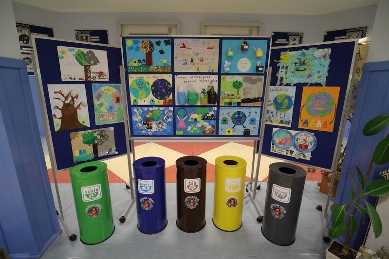 """""""Śmieci segregujesz - świat ratujesz"""" - w ramach tego konkursu związanego z kampanią Gdańsk bez plastiku , uczniowie SP nr 19 przygotowali prace plastyczne"""
