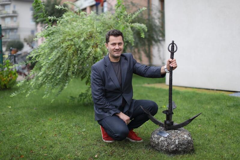 Kamil Gajewski, dyrektor Morskiej Szkoły Podstawowej w Gdańsku, w ciągu dwóch tygodni od pomysłu postawił pomnik-kotwicę na terenie szkoły