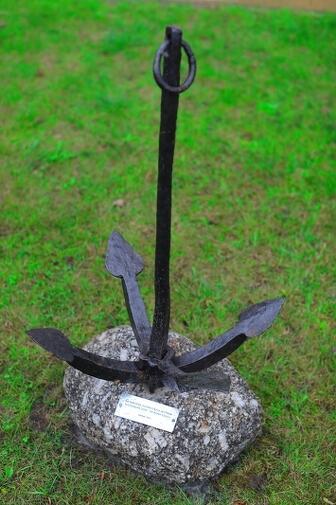 Tak, z bliska, prezentuje się pomnik poświęcony wyczynowi kajakarza Aleksandra Doby