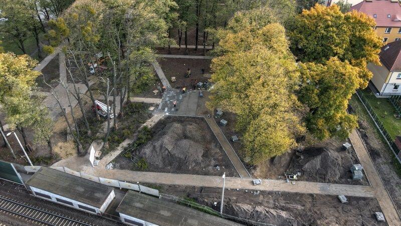 Na zdjęciu widać modernizowany skwer z lotu ptaka. Zaznaczone są kształty nowych ścieżek dla spacerowiczów. Widać też sporo zielonych drzew