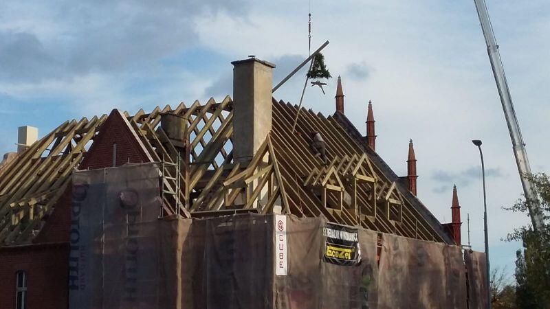 Na zdjęciu widać drewniane podpory przyszłego dachu zabytkowego ratusza w Oruni. Na podporach zawieszono wiechę