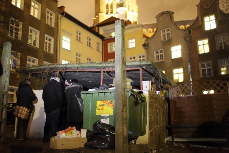 Miasto Gdańsk od lat angażuje się w pomoc osobom bezdomnym, jedną z form tych działań jest coroczne liczenie takich osób przebywajacych na terenie miasta. Nz Monika Ostrowska z Miejskiego Ośrodka Pomocy Rodzinie, podkomisarz Zbigniew Kowalczyk i wiceprezydent Gdańska Piotr Kowalczuk
