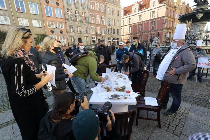 Sztab protestacyjny przygotował petycję do premiera RP Mateusza Morawieckiego, zapraszano zebranych do jej podpisywania