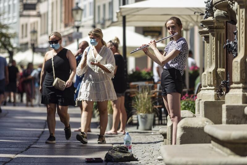 Przestrzeń przed Ratuszem Głównego Miasta to jedno z tradycyjnie ulubionych miejsc muzyków grających na ulicy