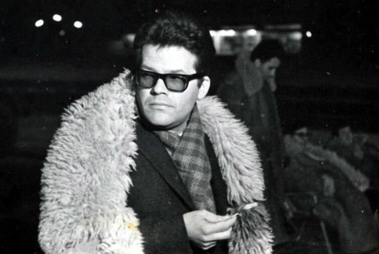 Zbigniew Cybulski (1927-1967) w charakterystycznym kożuchu. Był tak ubrany, gdy zginął