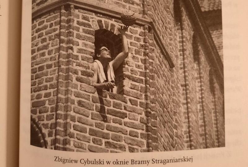 To 22-metrowe mieszkanko przyznał Cybulskiemu wydział kultury ówczesnego gdańskiego magistratu. Był rok 1958. Elżbieta Chwalibóg w książce Cybulski. Podwójne salto  wspomina:  Dom stał nad samą rzeką. Poza bramą i halą targową nie było w tym miejscu nic, same ruiny domów i kościołów. Nawet latarnie nie świeciły.