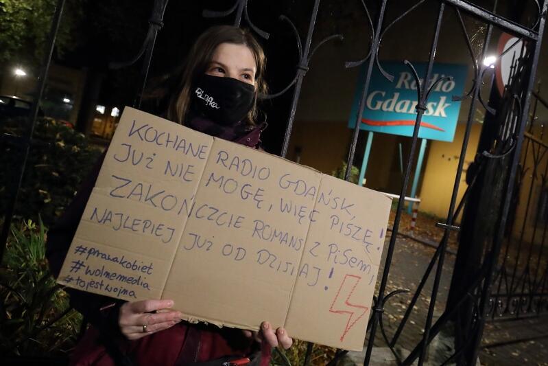 Pani Katarzyna pojawiła się we wtorek 3 listopada br. na proteście zorganizowanym przed Radiem Gdańsk. Kobieta pracuje w branży gastronomicznej, nie zgadza się na zawłaszczanie mediów publicznych i zaostrzenie prawa antyaborcyjnego. Jak sama mówi, ma wiele powodów do strajkowania