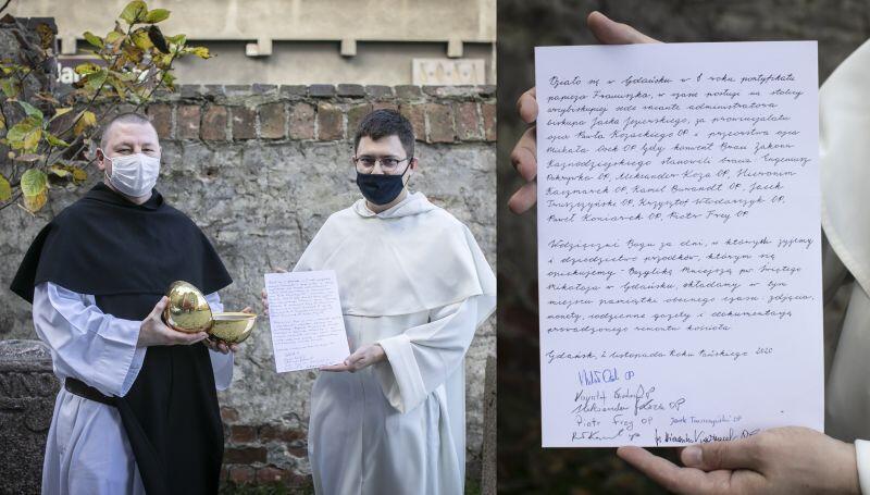 Kapsuła przed zamknięciem. Przeor o. Michał Osek (trzyma list) i brat Krzysztof Włodarczyk