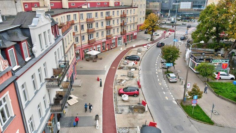Tak Dmowskiego wygląda obecnie - ułożono już masy na całej długości drogi rowerowej, na ukończeniu są prace związane z budową miejsc postojowych i przebudową chodnika.