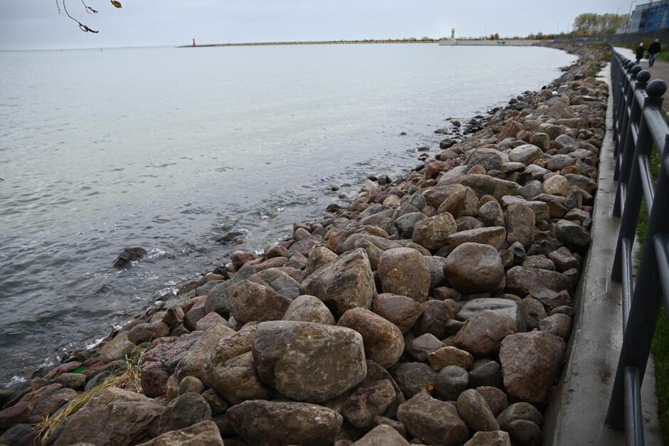 Nabrzeże już naprawione, można znowu spacerować w kierunku falochronu