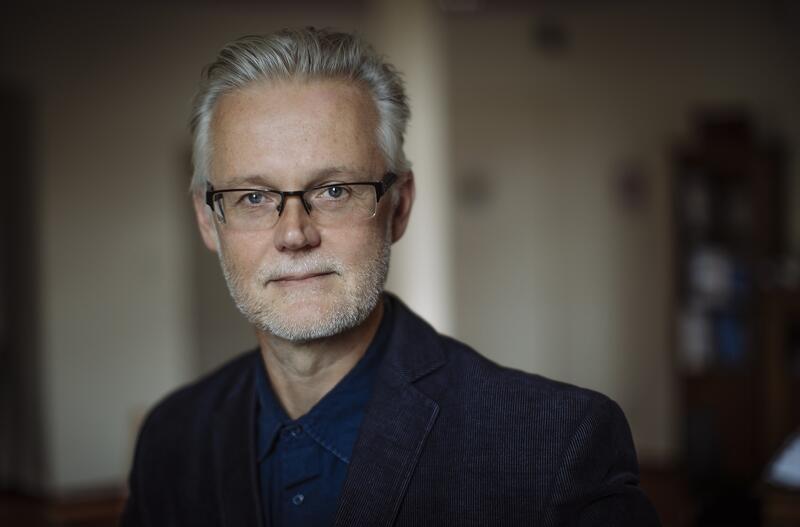 Mężczyzna w okularach, siwe włosy