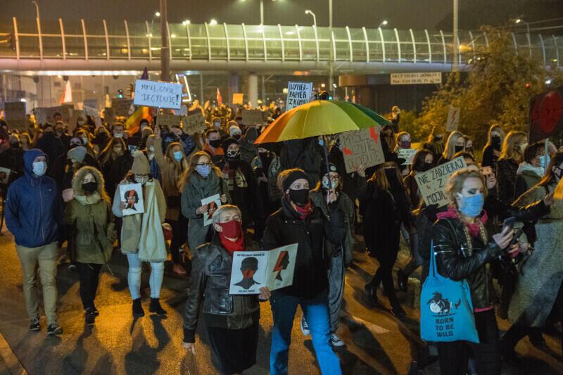 To ma być 8-kilometrowy gdański marsz w siedemnastym dniu protestów, jakie odbywają się w całym kraju przeciwko zaostrzeniu prawa antyaborcyjnego. Nz. uczestnicy innego przemarszu, który odbył się w 10. dniu protestów i podobną trasą pokonał dystans ponad 5 km - spod Galerii Bałtyckiej we Wrzeszczu do Targu Drzewnego w Śródmieściu Gdańska