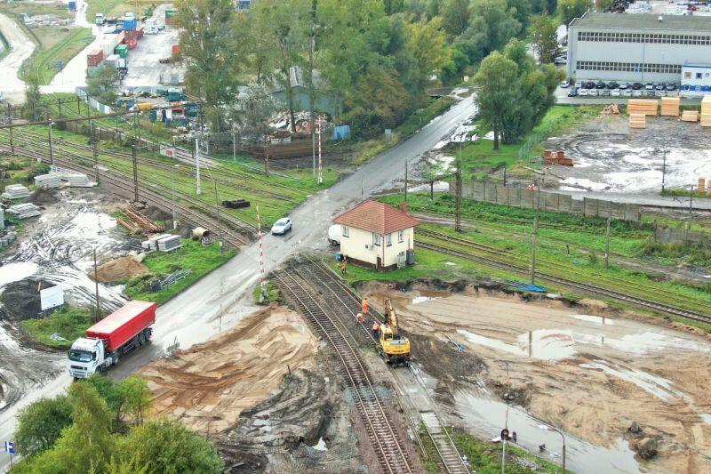 W miejscu, gdzie powstanie nowy wiadukt na razie jest przejazd drogowy