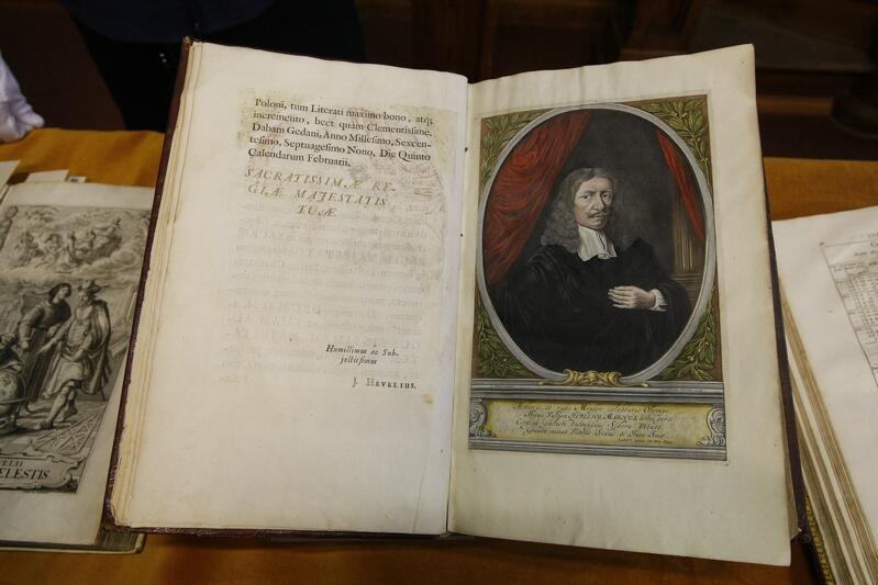 Jana Heweliusz to jeden z dwóch tematów, które stały się przedmiotem konkursu. Zdjęcie zrobione w 2011 roku podczas pokazu oryginalnych dzieł gdańskiego astronoma, w tym dzieła Selenographia  z 1647 r., zawierającego opis obserwacji Księżyca oraz liczne rysunki jego faz