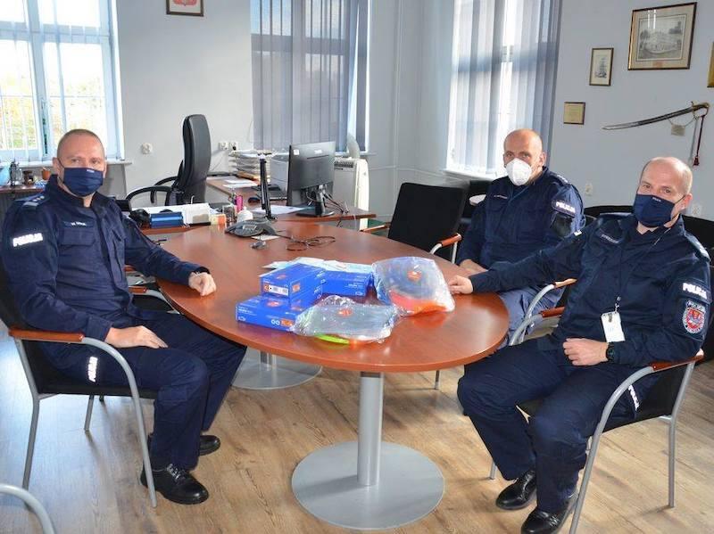 Rękawice, przyłbice i maski ochronne - te środki ochrony osobistej trafiły tym razem do policjantów i policjantek z Komendy Miejskiej w Gdańsku