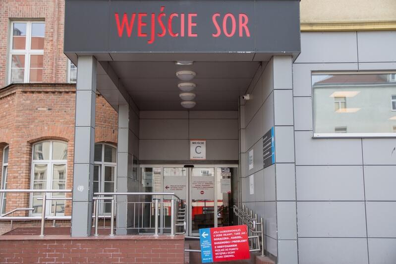 Wejście do szpitala, nad drzwiami napis: WEJŚCIE SOR