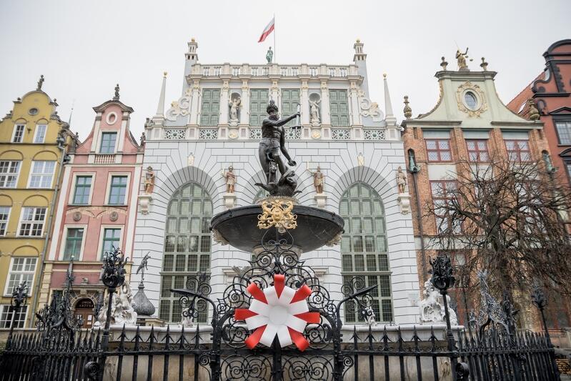 Biało-czerwone kotyliony ozdobiły miasto, w tym także symbol Gdańska - Fontannę Neptuna