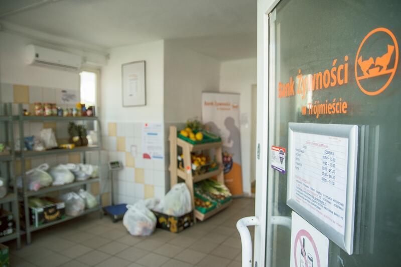 Bank Żywności w Trójmieście prowadzi sklep społeczny `Za stołem` na zlecenie MOPR w Gdańsku, gdzie wsparcie w postaci bezpłatnej żywności otrzymują osoby w trudnej sytuacji życiowej
