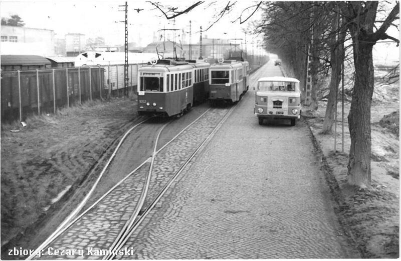 Tramwaje linii 13 i 15 mijają się przy ul. Przemysłowej w Nowym Porcie, lata 60 - te XX wieku
