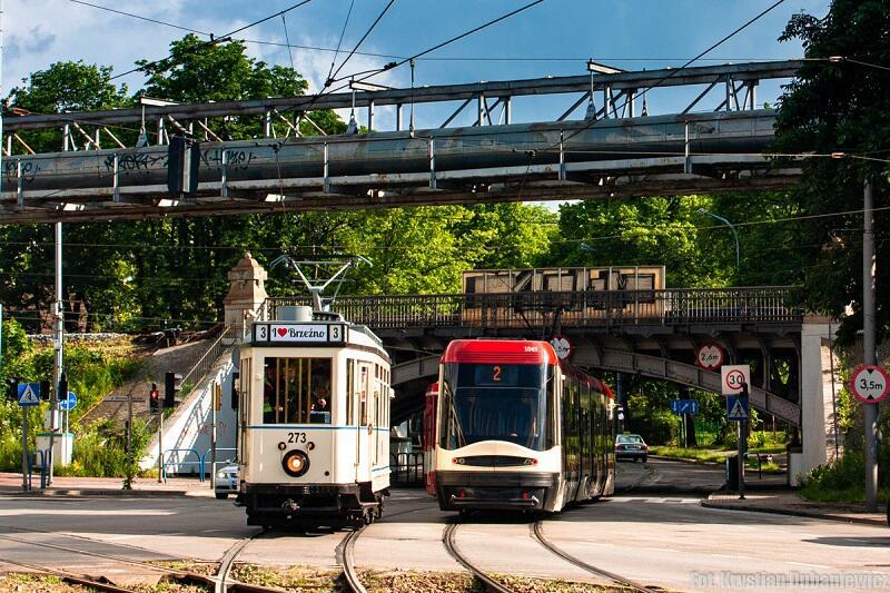 Zabytkowy Tw269 `Ring`, który był pierwszym tramwajem kursującym pod wiaduktem nad al. Hallera i współczesna Pesa mijają się przy tymże wiadukcie