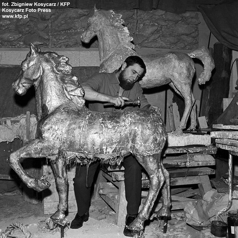 Luty 1972 r. Artysta rzeźbiarz Zygfryd Korpalski przy łączeniu fragmentów rzeźby konia, który zwieńczy attykę Domu Harcerza