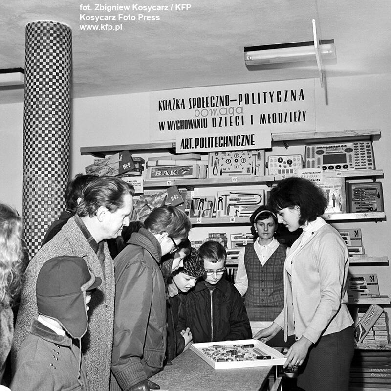 Dużym powodzeniem wśród młodzieży, szczególnie modelarzy, cieszył się sklepik w Domu Harcerzy