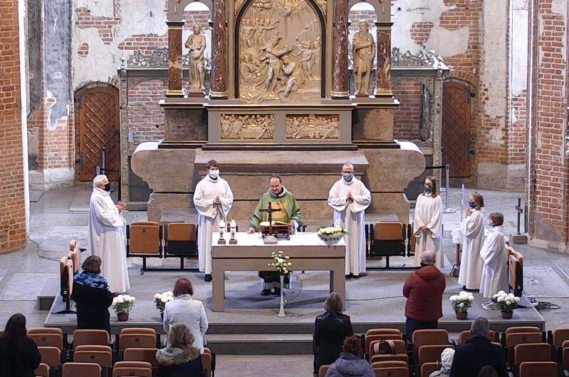 Zgodnie z rządowymi obostrzeniami podczas mszy św. obowiązuje przelicznik - jedna osoba na 15 m kw.