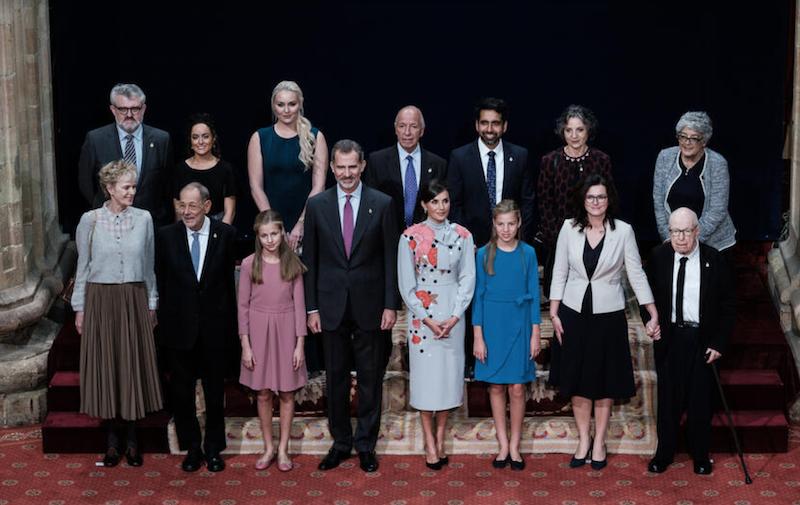 Laureaci na wspólnym zdjęciu z hiszpańską rodziną królewską. Prezydent Aleksandra Dulkiewicz trzyma za rękę Petera Brooka
