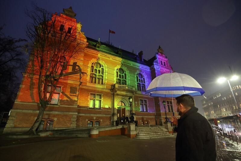 W poniedziałek 16 listopada w Międzynarodowym Dniu Tolerancji - budynek Nowego Ratusza w Gdańsku na osiem godzin został podświetlony kolorami tęczy