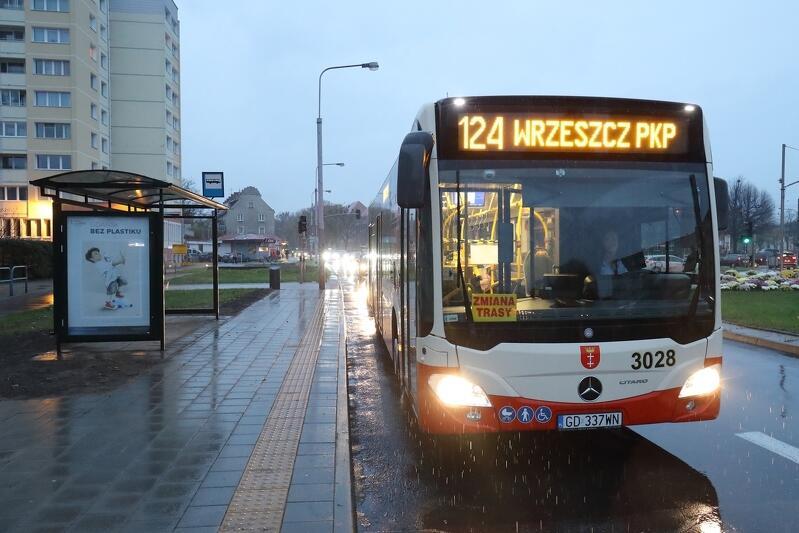 """Nowy przystanek autobusowy """"Plac Komorowskiego"""" na ul. Wyspiańskiego w pobliżu skrzyżowania z ul. Waryńskiego. Przystanek dla linii autobusowej 124 w kierunku pętli """"Wrzeszcz PKP"""""""