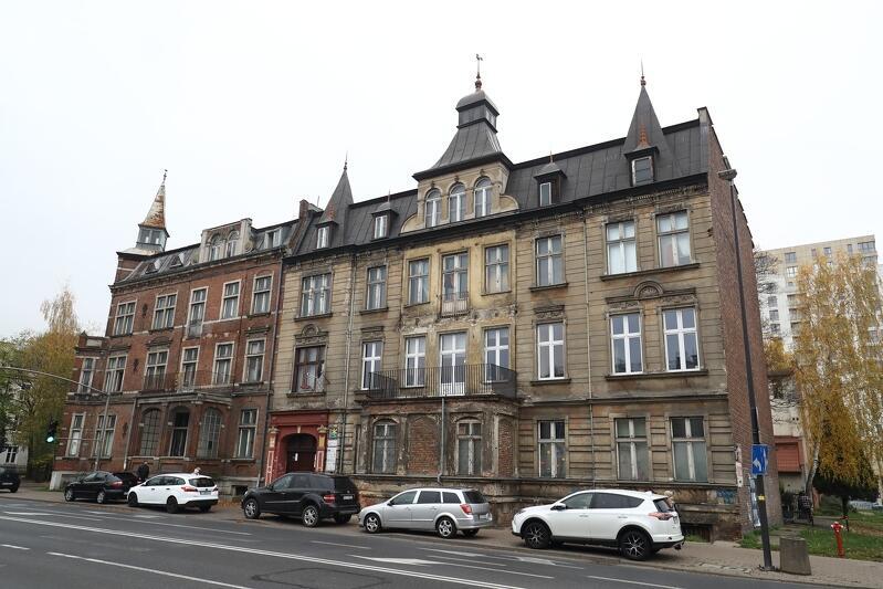 Z lewej - kamienica pod adresem Pniewskiego 1, z prawej - przy Jaśkowej Dolinie 7 w Gdańsku, termomodernizacja obejmuje także remont elewacji, restaurację i uzupełnienie detali architektonicznych