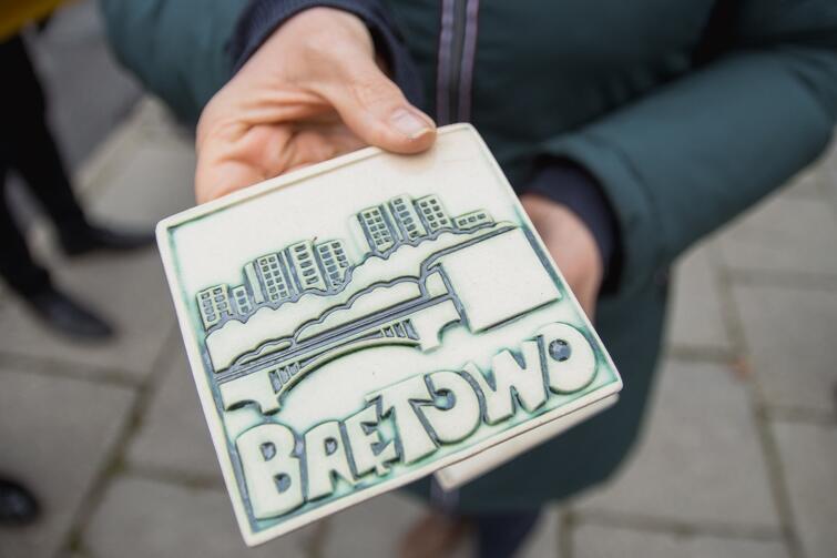Miła niespodzianka od radnych dzielnicy - na przywitanie każdy uczestnik spaceru otrzymał w prezencie upominek - ozdobny kafelek
