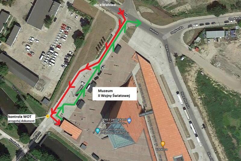Mapa google Muzeum II Wojny Światowej z zaznaczonymi strzałkami czerwonymi i zielonymi dojazdy do centrum testowego